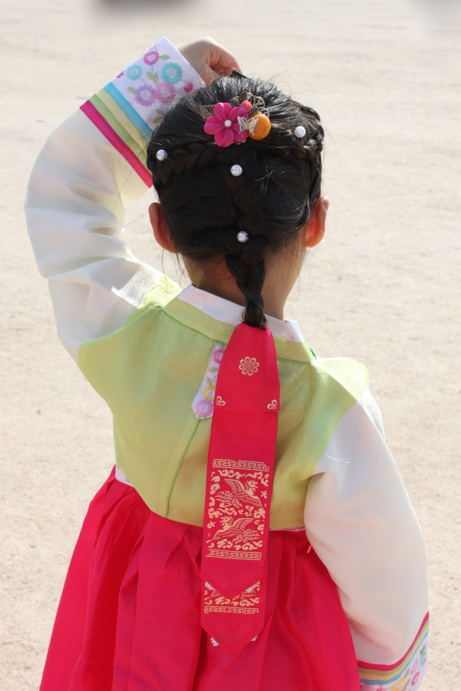 Lovey wears a headband (manggeon) with a braid and tail (daenggi).